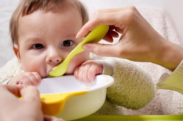 Почему нельзя кормить ребенка у телевизора