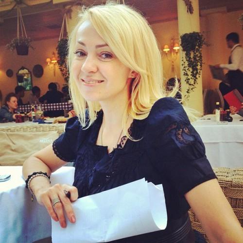 Яна Рудковская возмущена разговорами о том, что ее ребенка родила суррогатная мать