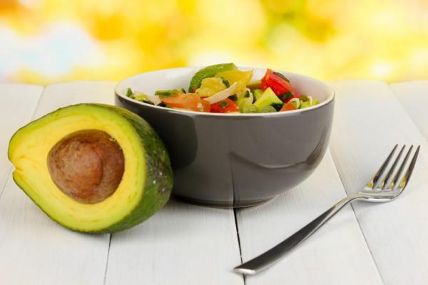 Постный салат из авокадо и томатов