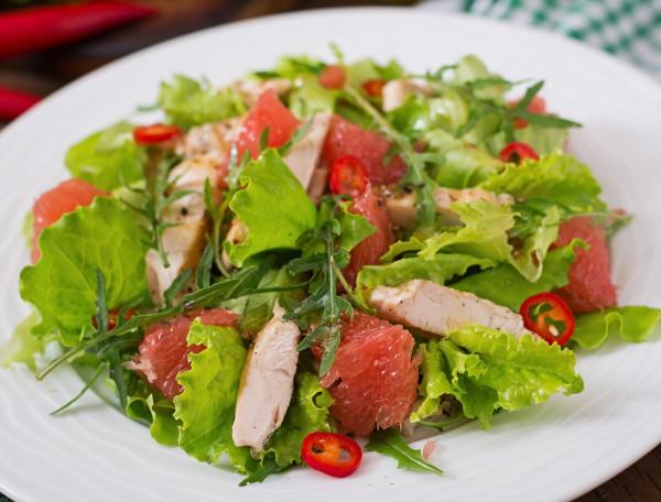 Салат с курицей, грейпфрутом и зеленью