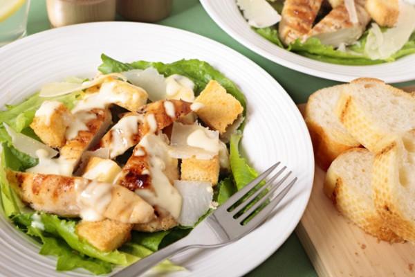 Салат с курицей: простой Цезарь