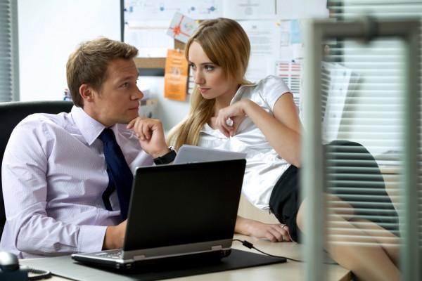 Офисные работники обожают смотреть порно