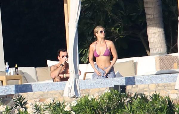 Дженифер Энистон отдыхает с Джастин Терру в Мехико