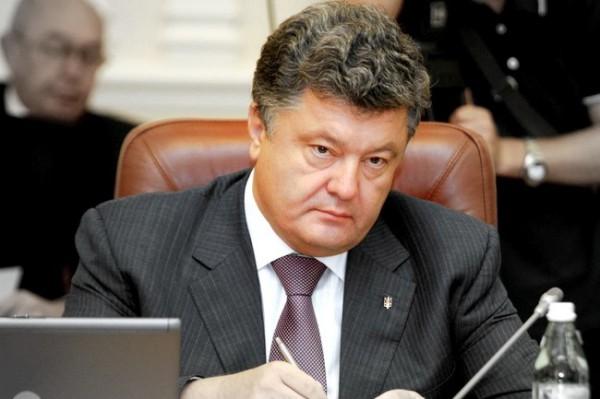 Петр Порошенко делился с девочками конфетами и носил их портфели