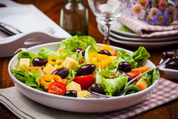 Салат из овощей с маслинами и сыром