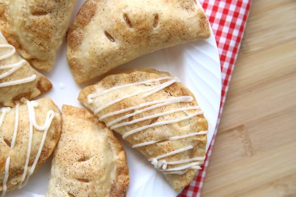 Пирожки с яблоками, корицей и глазурью