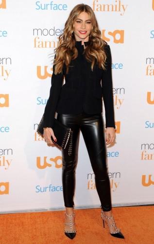 Кожаные брюки удачно подчеркивают достоиства фигуры актрисы