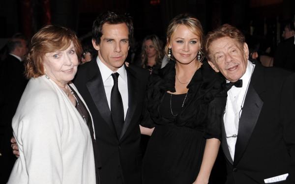 Энн Мира (слева) ее сын Бен Стиллер, Кристин Тейлор (жена Бена) и Джерри Стиллер (муж Энн) (справа)