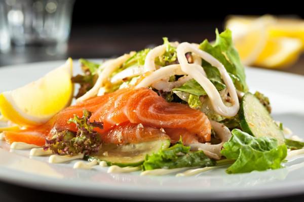 Овощной салат с рыбой и маслинами