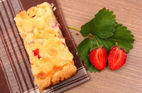Тертый пирог с клубникой