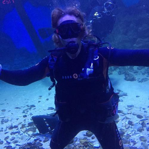 Наталья Королева плавает с аквалангом