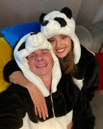 Кучеренко и Комаров показали забавное фото в костюмах панд