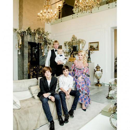 Яна Рудковская со своей семьей