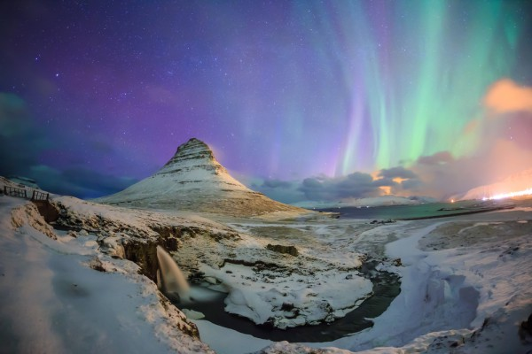 Северное сияние на горе Киркьюфетль (Исландия)