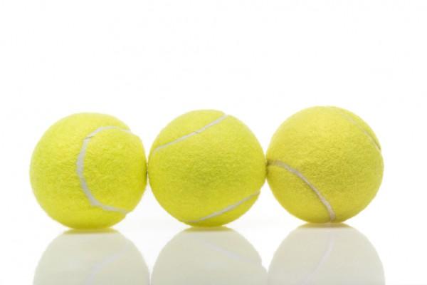 При стирке пуховика в барабан машинки нужно бросить пару теннисных мячиков