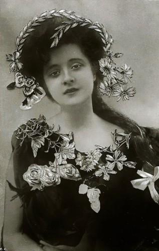 Мэри Уильям Этелберт, и звестная как Билли Берк (1884 – 1970), американская актриса, выступавшая на Бродвее.