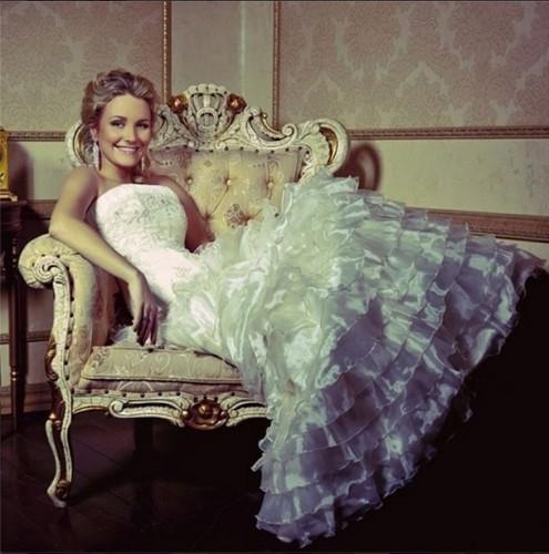 Катя Гордон заинтриговала фото в белом платье