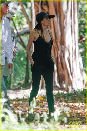 Анджелина Джоли надела топ с большим декольте после операции на груди