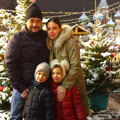 Сергей Жуков с женой Региной Бурд и их детьми