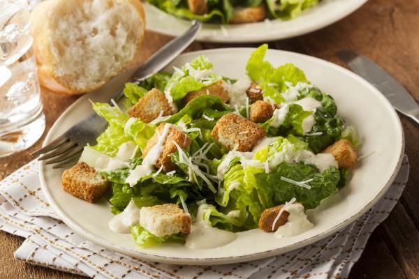 Салат с курицей: с овощами и сухариками