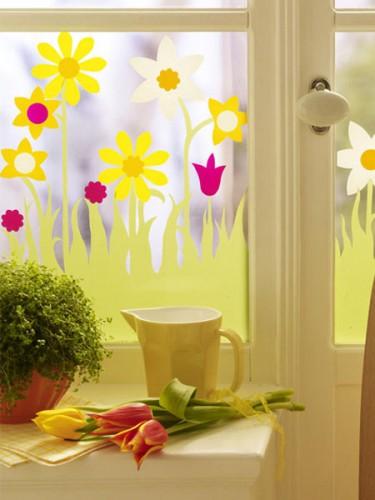 Можно нарисовать цветочные мотивы на цветной прозрачной декоративной бумаге и аккуратной приклеить на окно.