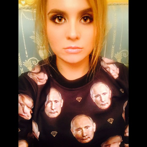 Анна в свитере с изображением Путина