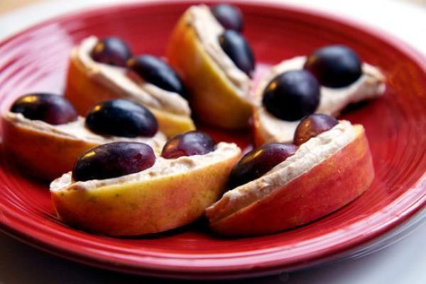 Яблоки с йогуртом и виноградом