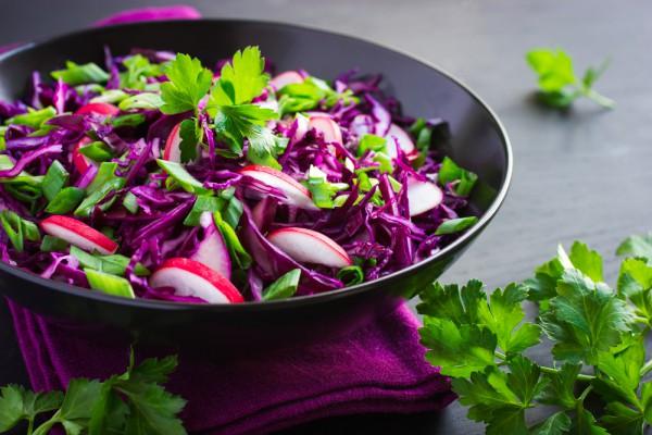 Постный салат из красной капусты и редиса