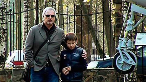 Валерий Меладзе гуляет с сыном