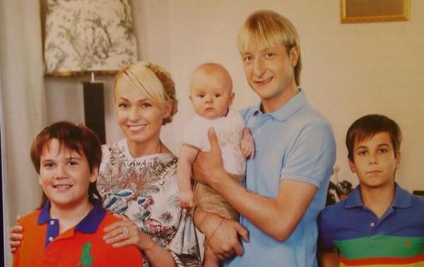 Яна Рудковская с мужем и всеми детьми