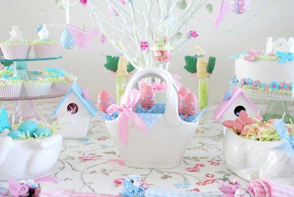 Цветочный орнамент на скатерти передаст праздничное настроение