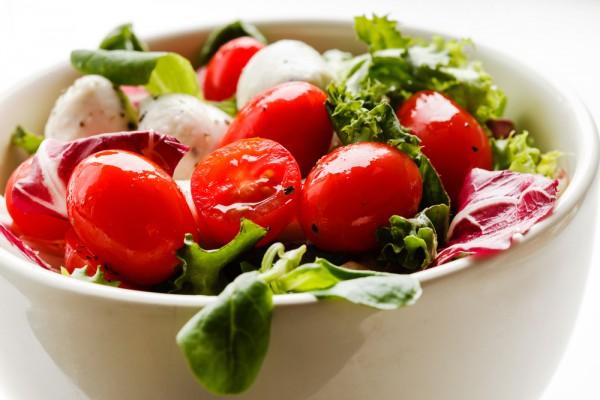 Салат из помидоров и огурцов с моцареллой фото