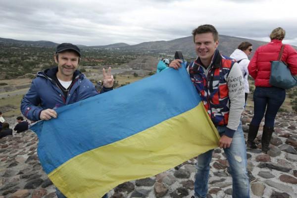 Вакарчук и Комаров встретились в Мексике и развернули украинский флаг