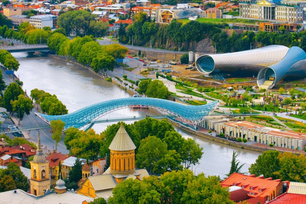 Вид на реку Куру и мост мира в Тбилиси
