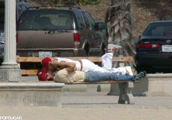 Анна Курникова и Энрике Иглессиас нашли местечко на лавочке в парке в Санта Монике, Калифорния в сентябре 2003