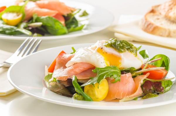 Рецепт                  Салат из лосося с яйцом-пашот