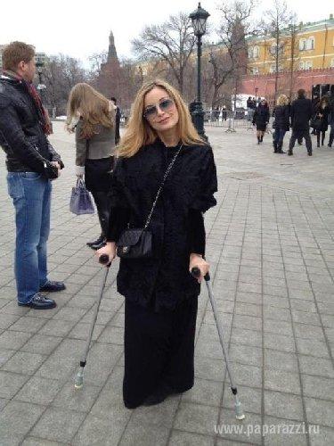 Певица Ольга Орлова вынуждена передвигаться на костылях после тяжелой травмы