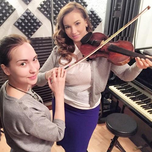 Анфиса учится играть на скрипке