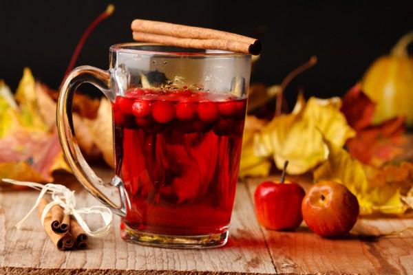 В согревающие напитки можно добавлять сезонные ягоды и фрукты