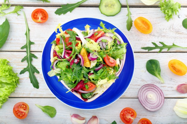 Постный салат с весенними овощами