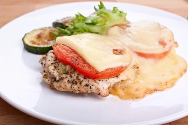 Запеченное мясо с помидорами
