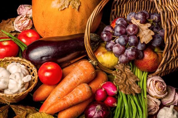 На осеннем столе всегда найдется место для полезных корнеплодов и фруктов