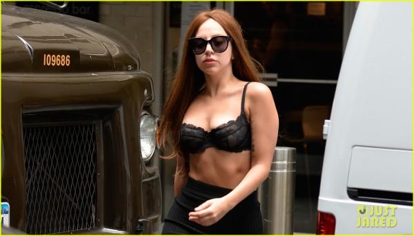 Lady Gaga показала грудь на улицах Нью-Йорка