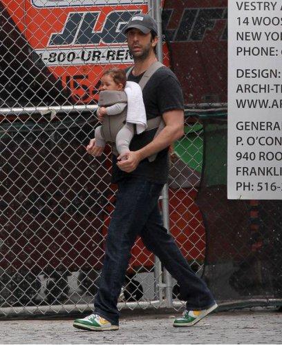 Дэвид Швиммер гуляет с дочкой Клео