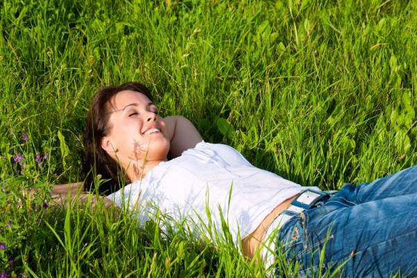 Даже если очень жарко, отправляясь на пикник отдавай предпочтение такой одежде, которая защитит тело от клещей