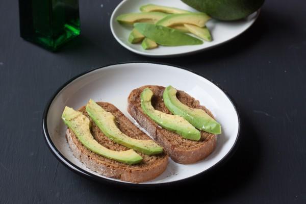 Тосты из черного хлеба с авокадо