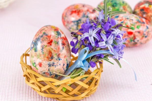 В Чистый четверг начинают красить пасхальные яйца