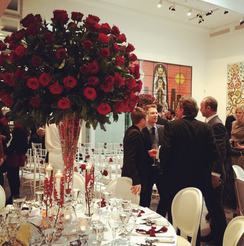 Элтон Джон написал, что такие же розы были на столе в честь празднованиях их гражданского брака