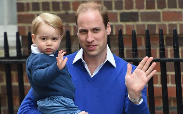 Принц Джордж на руках у своего отца принца Уильяма возле клиники Сент-Мэри