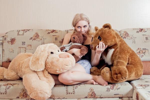 Большие игрушки на диване